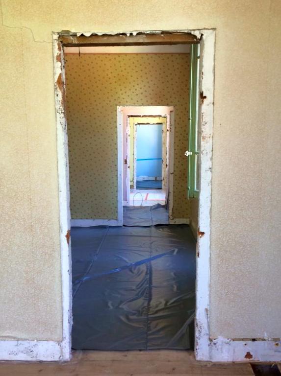 d molition les travaux commencent dans la maison de. Black Bedroom Furniture Sets. Home Design Ideas